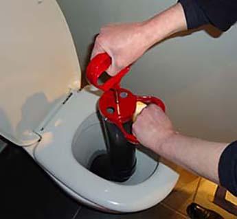 Mrs Debouchage mise en place d'un debouchage wc manuel avec une pompe rouge