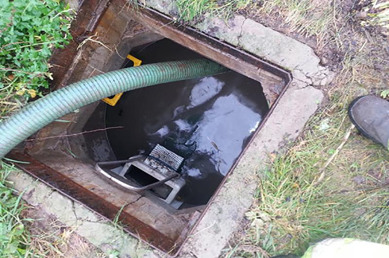 Mrs Debouchage vidange d'une fosse septique dans un jardin